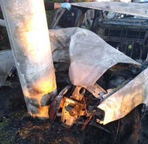 Veículo colidiu com poste e pegou fogo